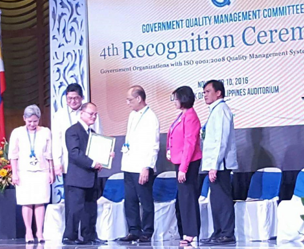 Dr. Raul F. Muyong receives the certificate of recognition from the GQMC.