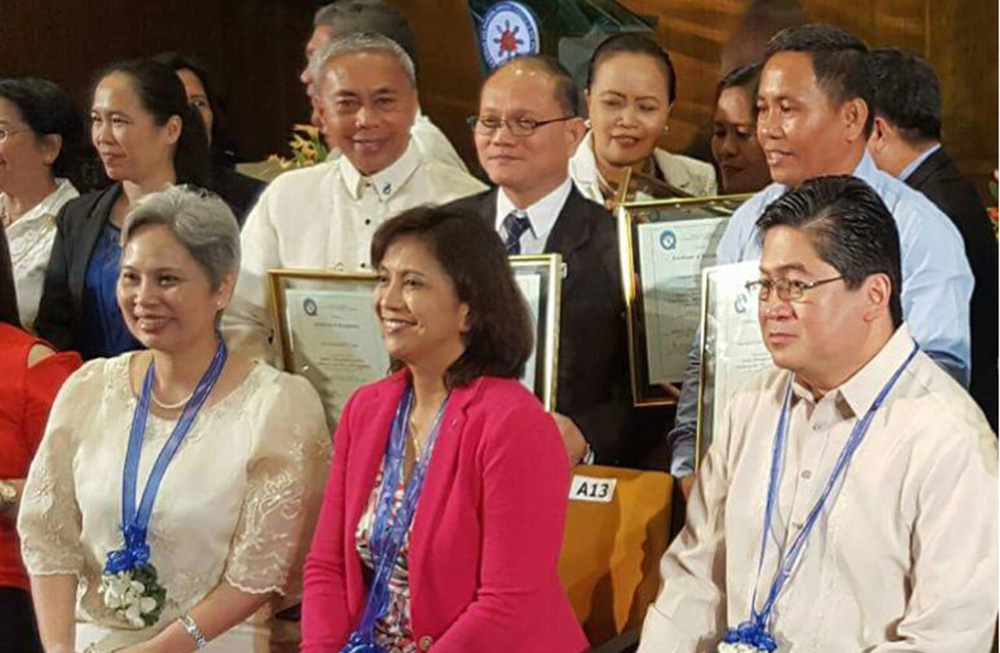 Dr. Muyong (third back row) with VP Leni Robledo. The Vice President robledo gave the Inspirational Message during the awarding ceremony.