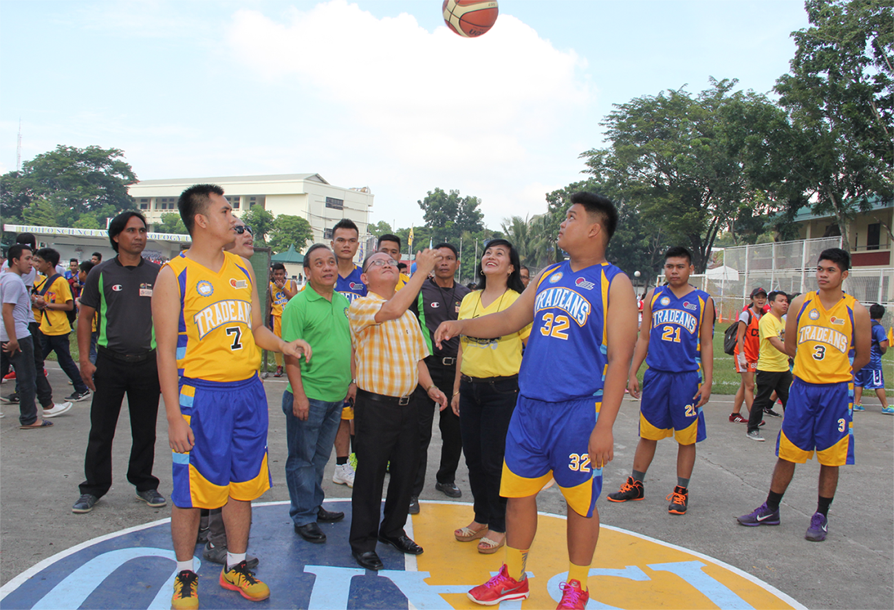 Dr. Raul F. Muyong makes the ceremonial toss.