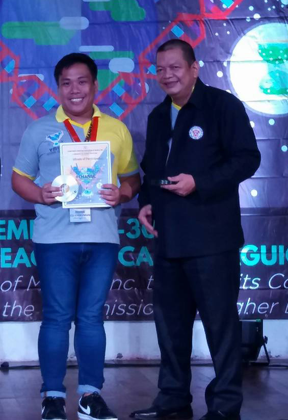 Deocarez srikes a pose with former Senator Joey P. Lina. Sen. Lina was one of the speakers of the youth congress.