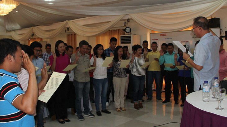 The oath of services of the new faculty members is administered by Dr. Raul F. Muyong.