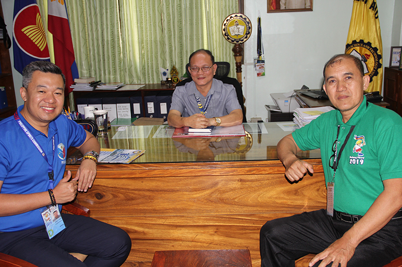 Mr. Gerald O. Canete (left), Executive Vice-President of the Philippine Kali Eskrima Federation and Mr. Regulos L. Navarro, Jr., Grand Master , Traditional Philippine Arnis share some light moments with Dr. Raul F. Muyong. ISAT U is hosting the Arnis events of the Batang Pinoy 2019.